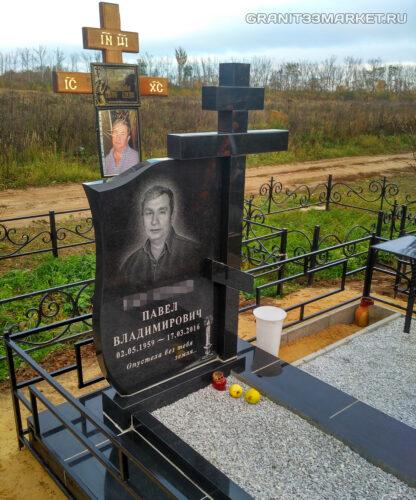 Красивый памятник с большим крестом и могилой из черного гранита